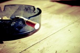 灰皿にあるタバコ